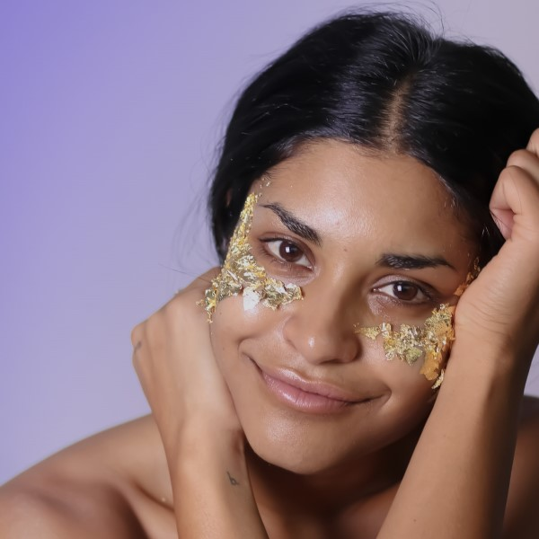 Model-with-glitter